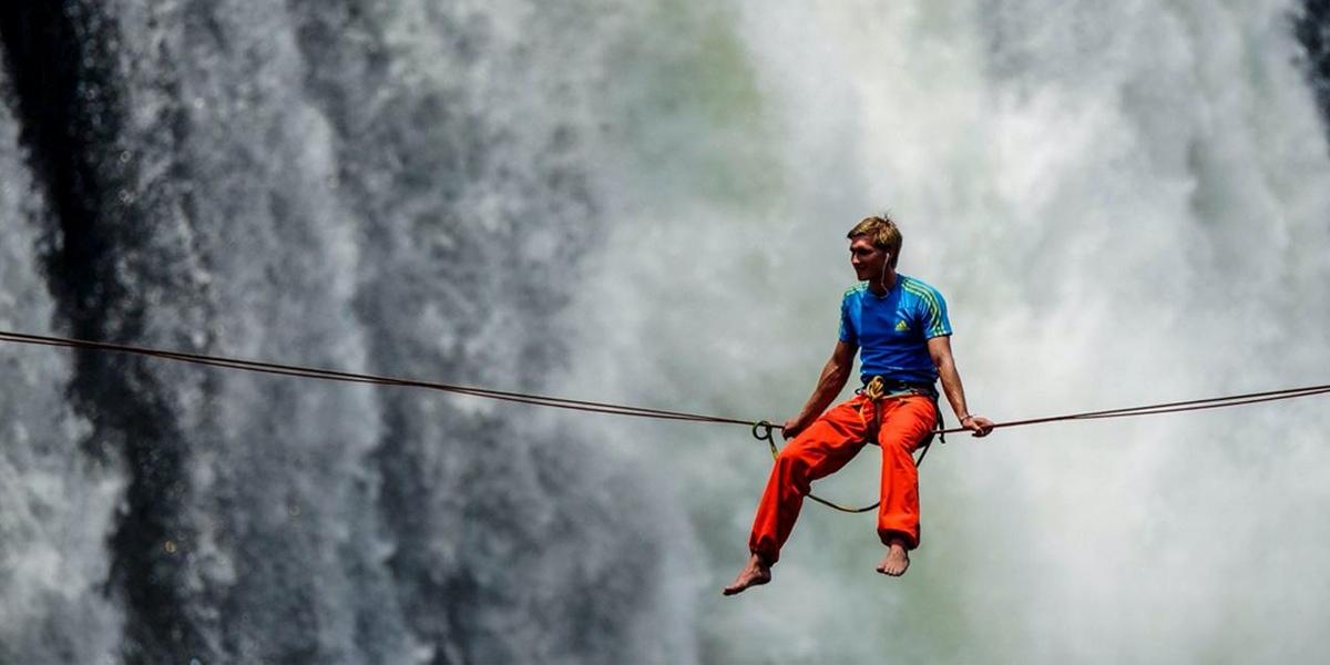 นักไต่เชือกชาย 2 คนสามารถเดินบนเชือกข้ามน้ำตกวิกตอเรียได้สำเร็จ